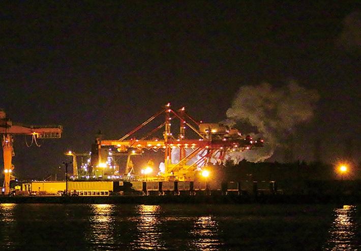 千葉工場夜景クルーズJFEのガントリークレーン