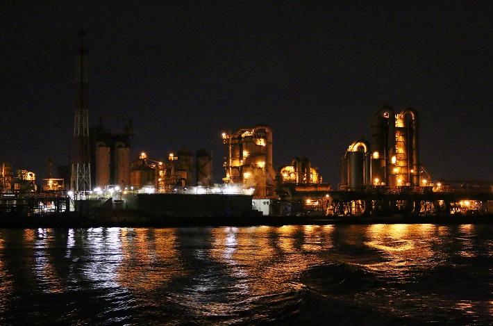 千葉工場夜景クルーズ琥珀色の光から立ち上る白い煙