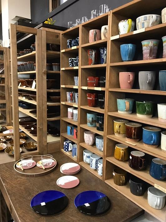 ウツワヤマワ こだわりの食器が並ぶ店内