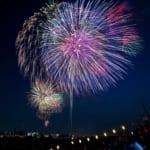 夜空に輝く戸田橋花火大会の打ち上げ花火