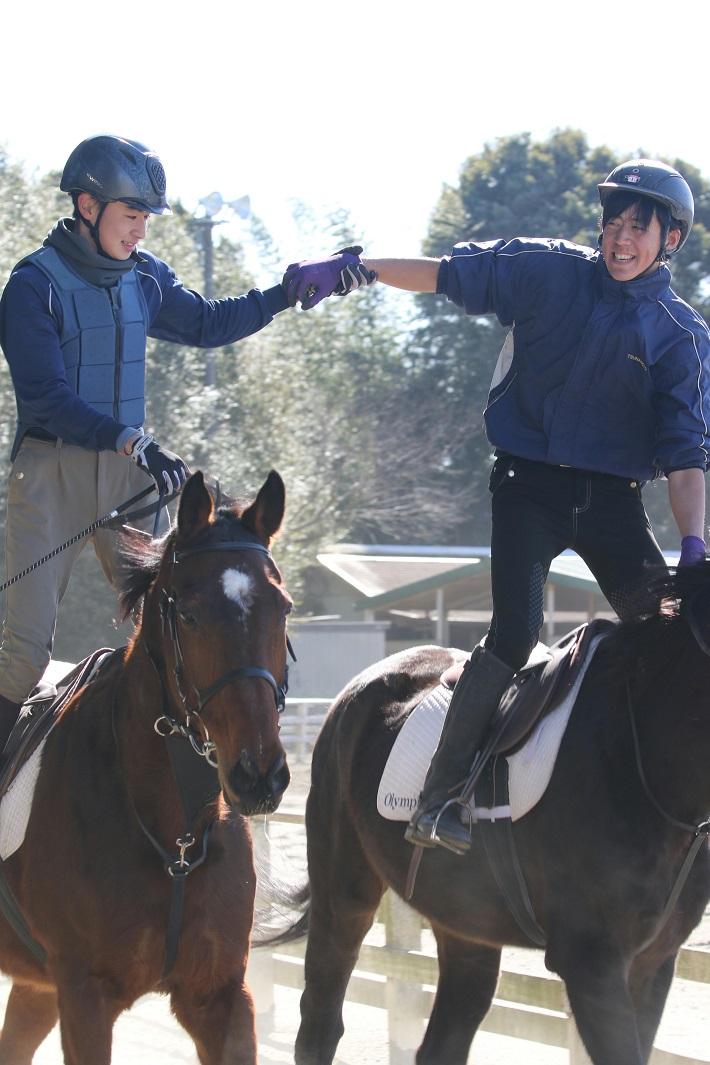 千葉県芝山町の馬の学校アニベジの授業で騎乗練習をする二人の男子学生