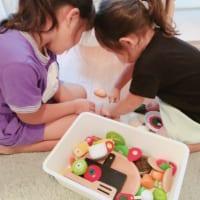おもちゃであままごとをして遊ぶ二人の女の子