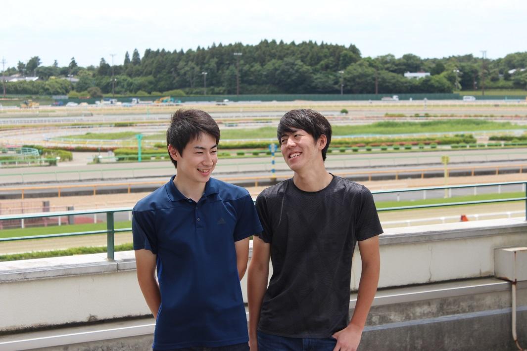 厩務員として競走馬を調教している馬場の前で仕事について語り合うアニベジ卒業生