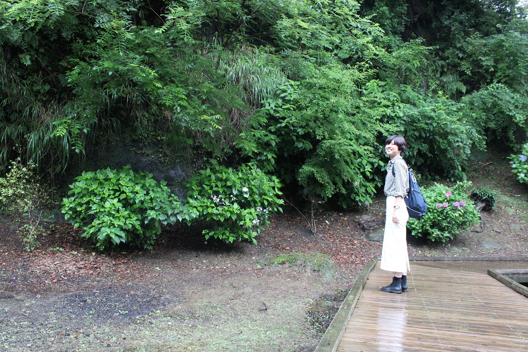 ホタルがいるという濃溝の滝周辺の遊歩道を散策する女性