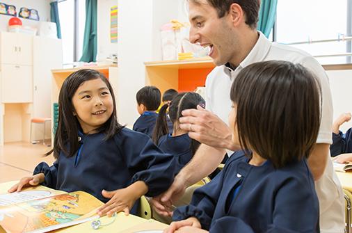 バイリンガル幼稚園のネイティブの先生と英語で話す子供