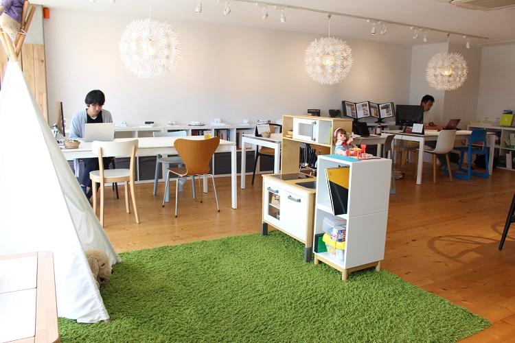 アールプラスハウス成田のショールームではグリーンのじゅうたんが敷かれたキッズスペースで子供を遊ばせることができる