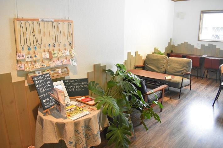 佐倉市のちいさな箱カフェ店内のソファ席とハンドメイド作品