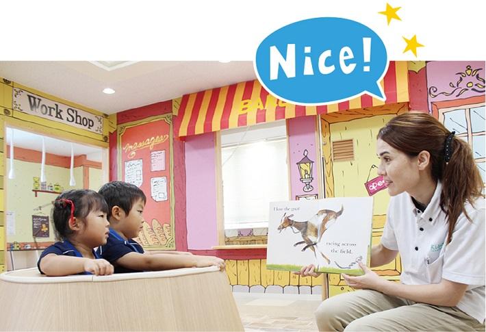 バイリンガル幼稚園のネイティブの先生と英語で会話をする子供