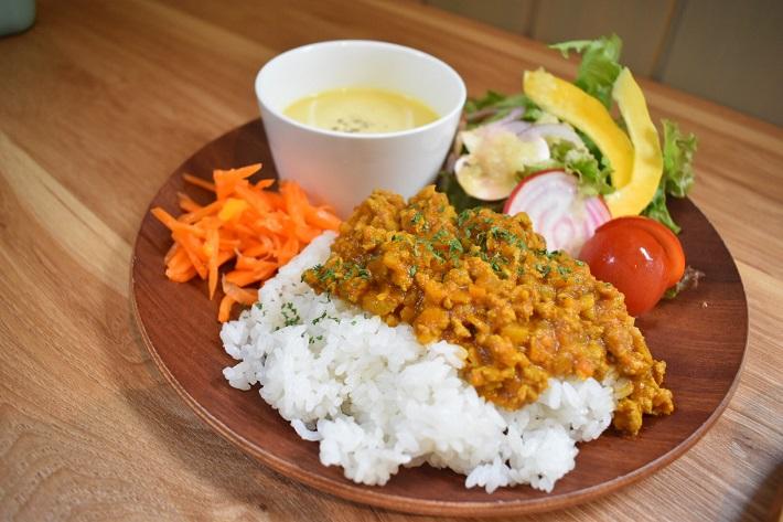 キーマカレーにスープとサラダが付いたちいさな箱カフェの週替わりランチ