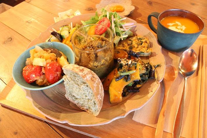 おしゃれカフェの野菜プレートランチ