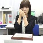 金の査定をするゴールドガーデン佐倉店の女性鑑定士