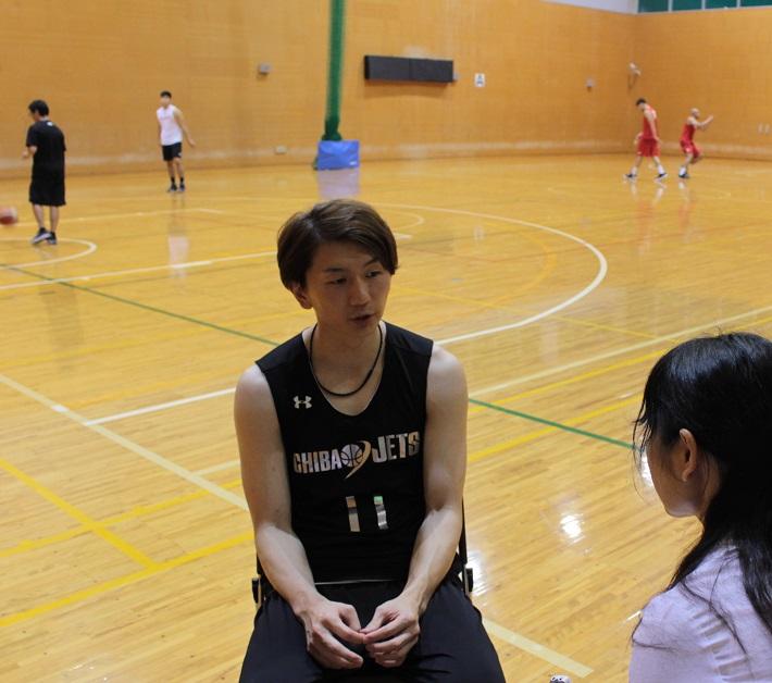取材をうけるバスケット選手