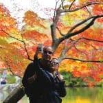 外国人観光客が紅葉をみる