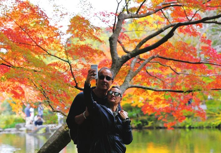 紅葉をみる観光客