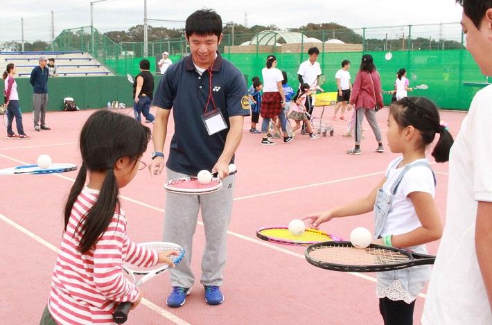 テニス体験している子ども