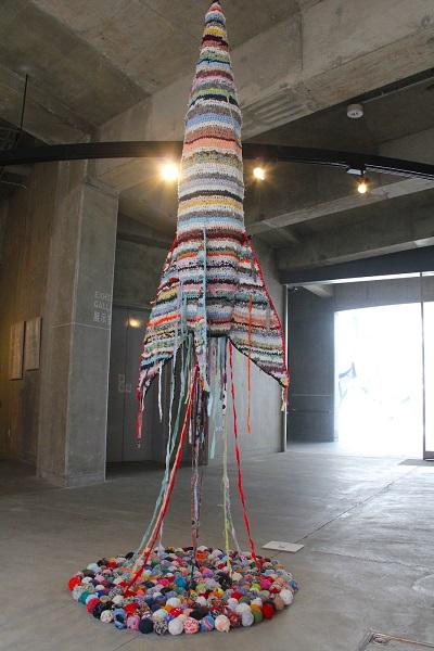 レオニート・チシコフ「祖先の訪問のための手編みの宇宙ロケット」