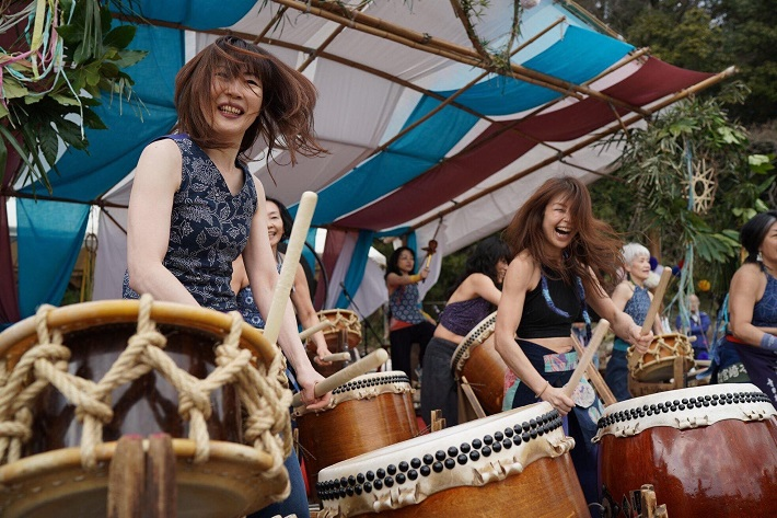 和太鼓を演奏する女性