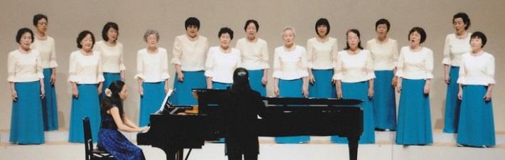 合唱する女性たち