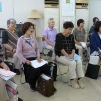 合唱の練習をする女性たち