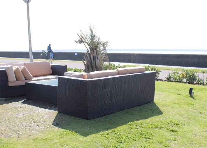 海が見れるレストランのソファスペース