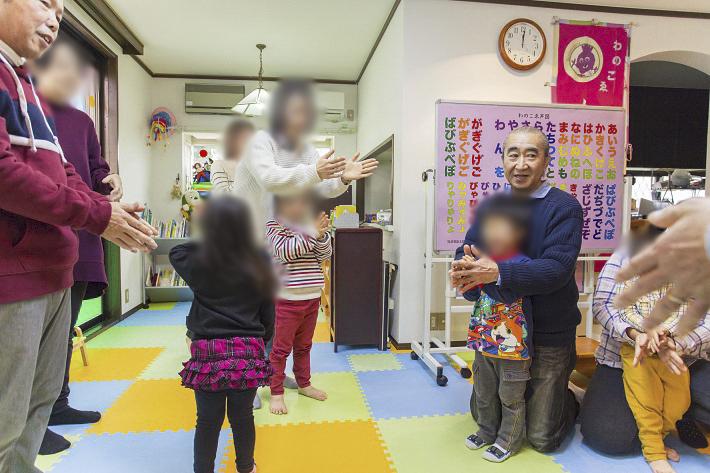 手遊びをする子ども