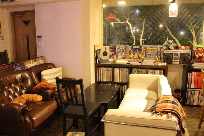 トレジャーリバーブックカフェのソファ席