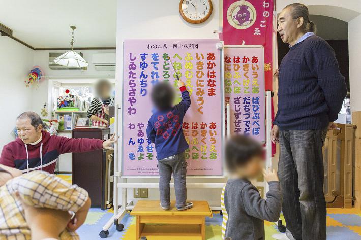 子育て支援センターで遊ぶ子ども