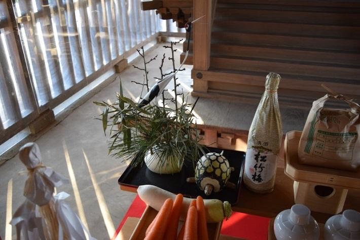 竹で作った鶴とダイコンとゴボウで作った亀を神前に供える