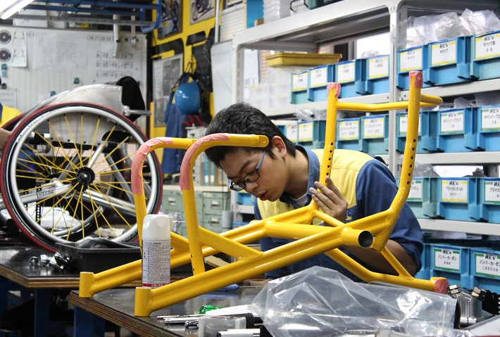 OX工場内で車いすの組み立て作業中