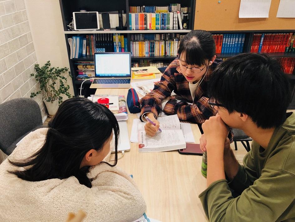 北習志野の学習塾アルテで受験勉強をする高校生3人