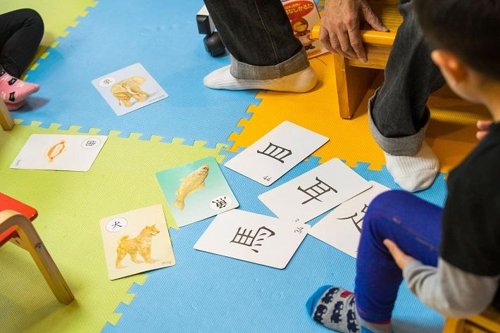 カード遊びをする子ども