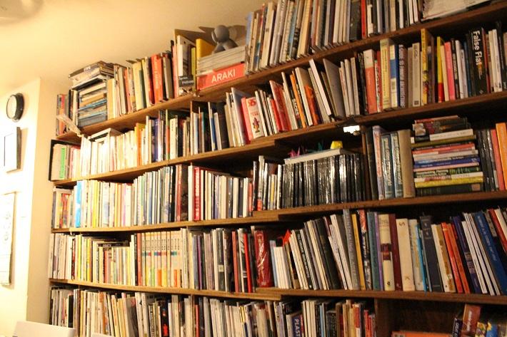 トレジャーリバーブックカフェの本棚