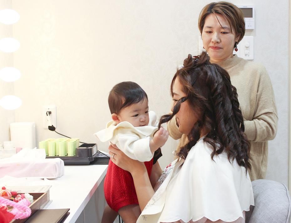 市川市の写真館ぷるふぁみでヘアメイクをするママと赤ちゃん