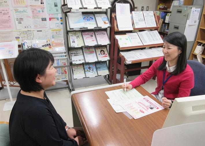 仕事の相談をする女性
