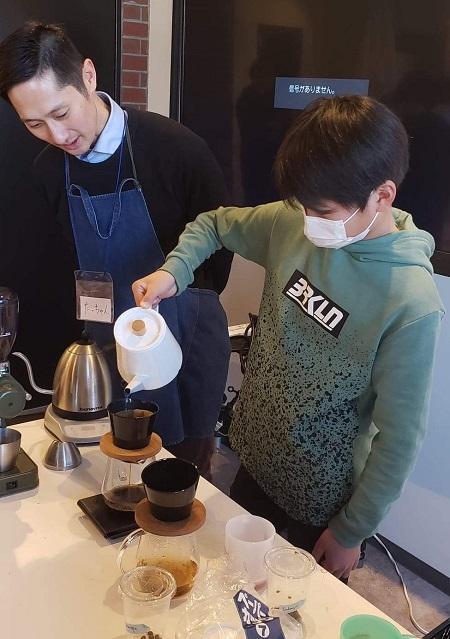 中学生がコーヒーをいれる