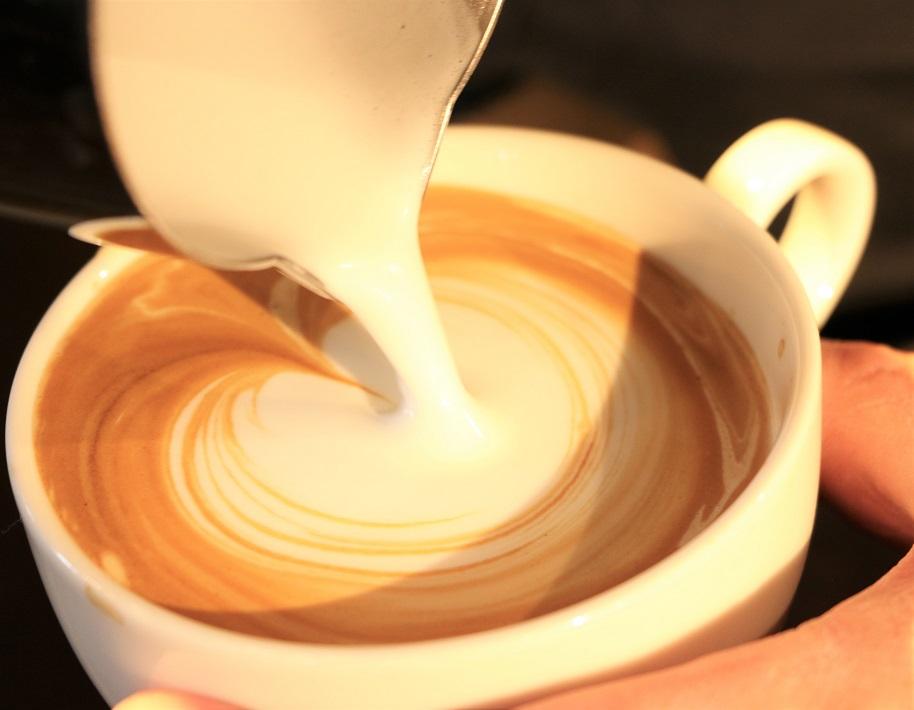 ナチュラルテイストで大人の雰囲気でスペシャルティコーヒーが味わえる春日部の自家焙煎カフェのキオラコーヒーのフラットホワイト