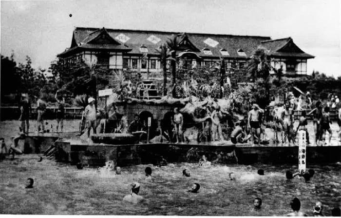 谷津海水プール。背後に見えるのは楽天府(1939年)