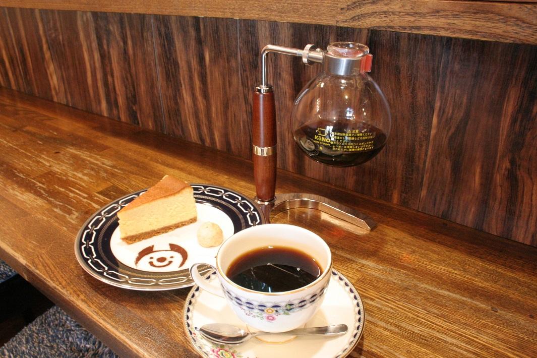 円錐形ドリッパーのコーノ式のコーヒーサイフオン株式会社で修業した焙煎士の自家焙煎珈琲が味わえる草加松原のカフェRapport(ラポール)のコーヒーとチーズケーキ