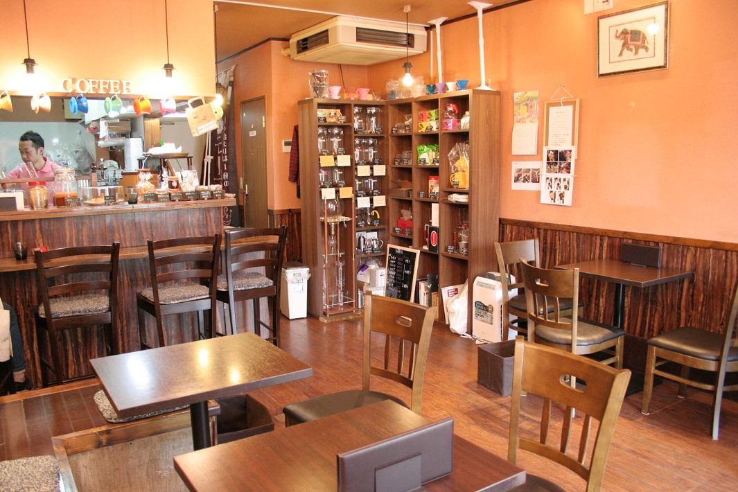 円錐形ドリッパーのコーノ式のコーヒーサイフオン株式会社で修業した焙煎士の自家焙煎珈琲が味わえる草加松原のカフェRapport(ラポール)の店内