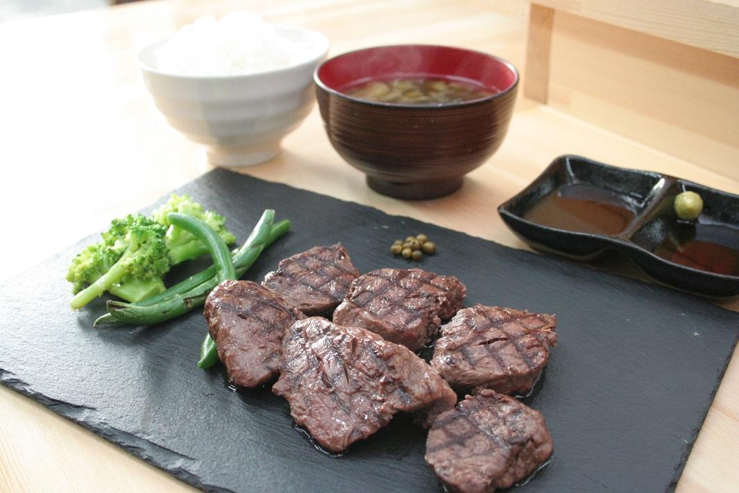 三郷市早稲田のお肉料理とタイカレーと自家焙煎珈琲とクラフトビールと手作りスイーツが朝7時から女性一人でも楽しめる満腹カフェのpukuの肉定食