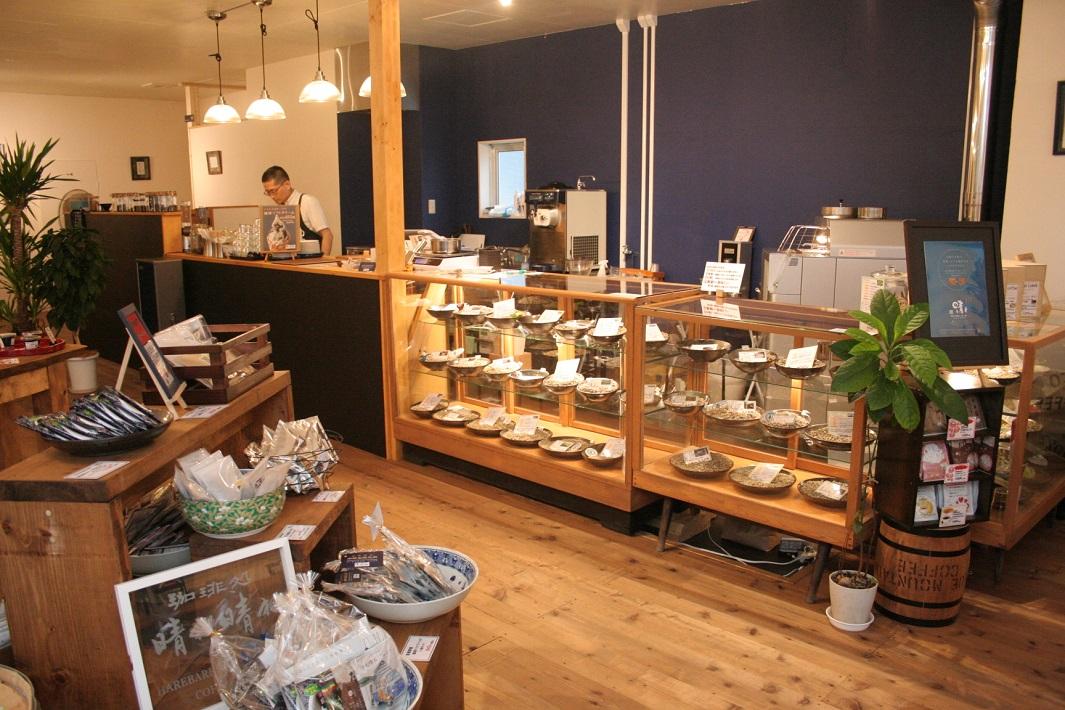 越谷と足利の自家焙煎珈琲の焙煎所とカフェが楽しめるオリジナル珈琲ソフトと音楽ライブが人気の珈琲処晴れ晴れの店内