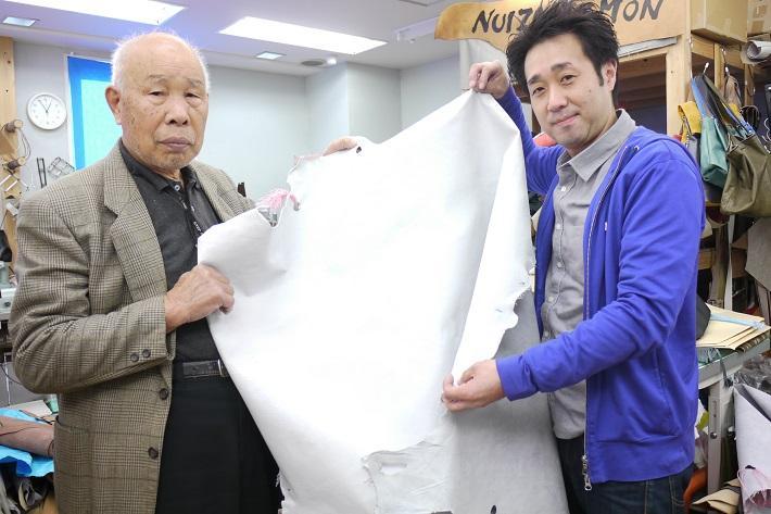 柏レザー完成時の寺田さん(左)と飯島さん(右)