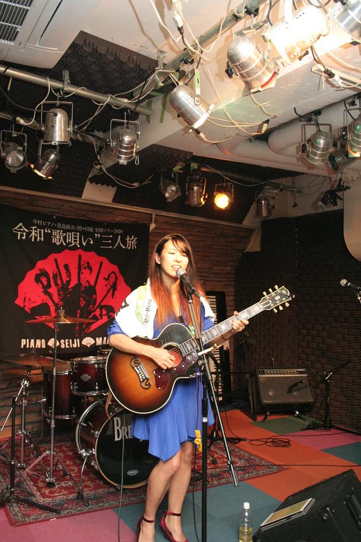 JR武蔵野線の吉川美南駅を歌った「吉川美南」が話題の感情突き刺し系シンガーソングライターの間々田優さん
