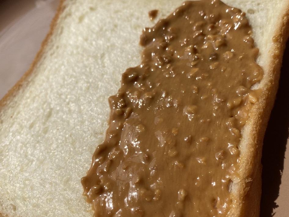bocchi(ぼっち)のピーナツバターをパンに塗った時のなめらかさ