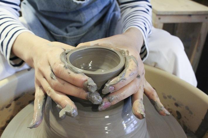 千葉陶芸工房で電動ろくろ体験する女性