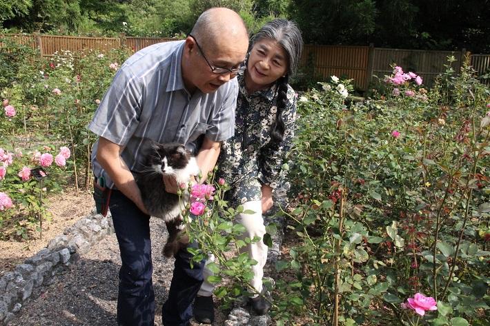 ドリプレ・ローズガーデンの清水夫妻と猫のレアちゃん