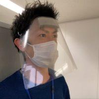 自作のフェイスシールドを装着した成人男性