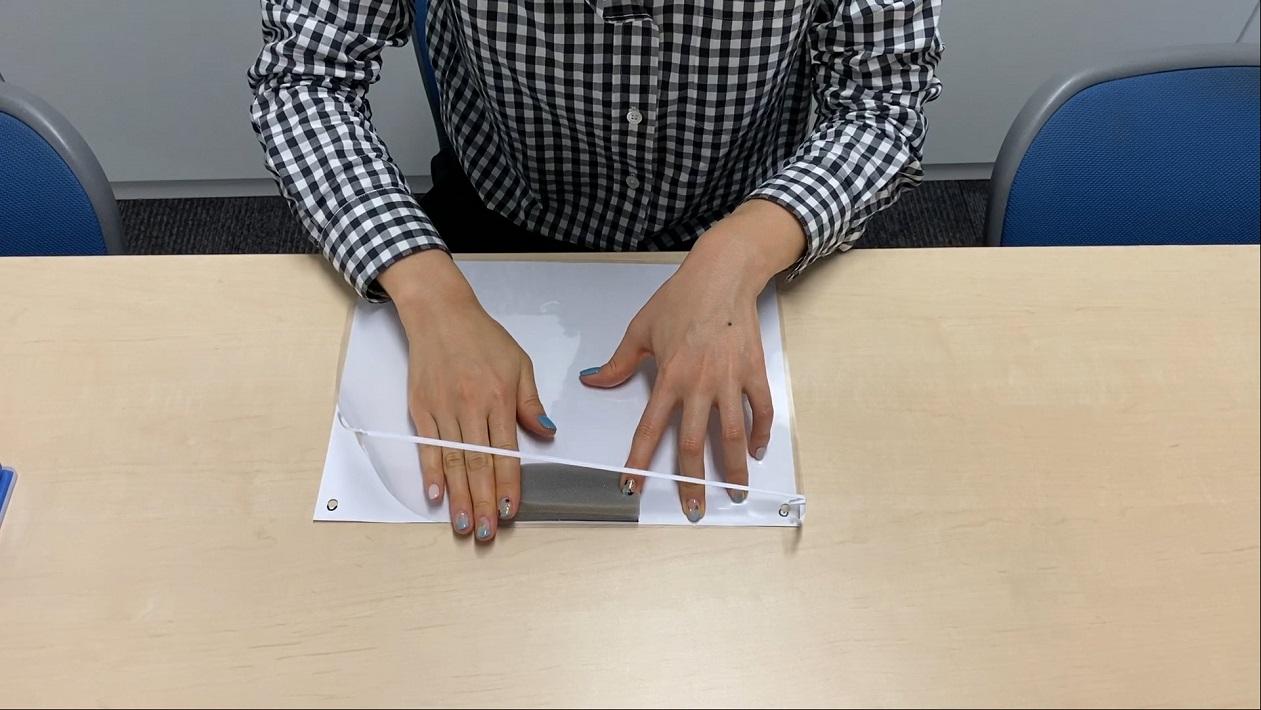 ラミネートフィルムに100均のすき間テープを貼り付けるとフェイスシールドが完成する