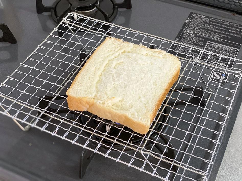 ガスコンロに網を置いて食パンを直火で網焼きするとおいしいトーストが焼ける