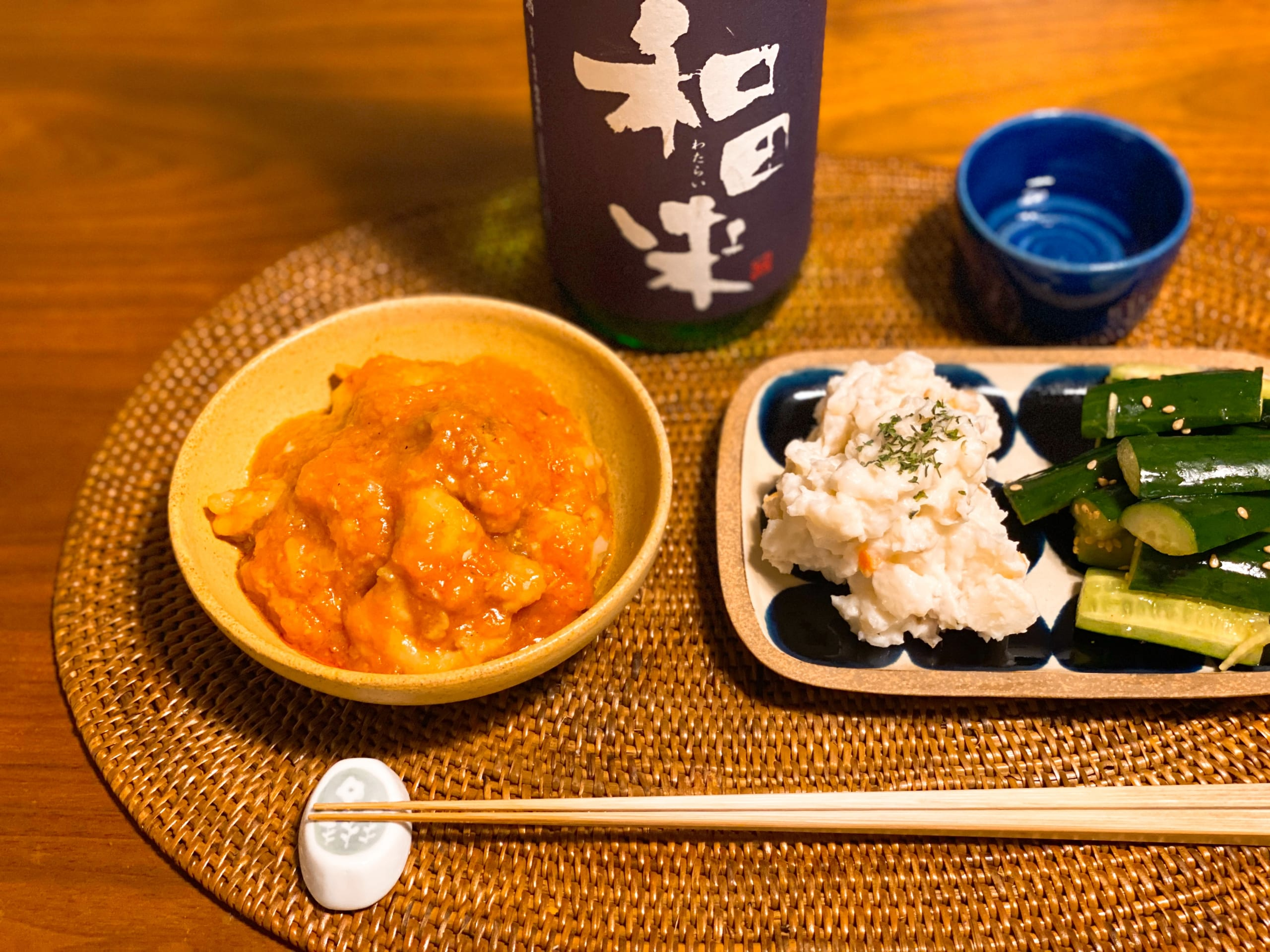 日本酒と鶏チリとポテサラとたたききゅうりで家飲み